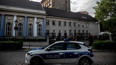 polisbil parkerad utanför synagoga i Berlin