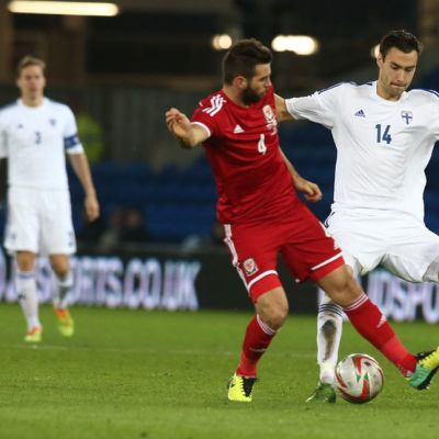 Suomen maajoukkueen Tim Sparv (oik.) taistelee pallosta Walesin Joe Ledleyn (oik.) kanssa.