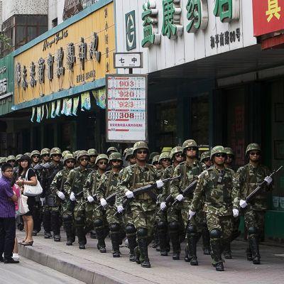 Kiinalainen sotilaspartio kadulla Urumqissa.
