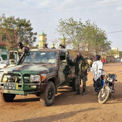 Gisslandrama i Sevare i Mali 7 augusti 2015. Militär patrullerar utanför det attackerade hotellet.