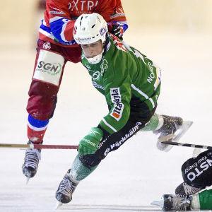 Joakim Nordström i närkamp med en HIFK-spelare.