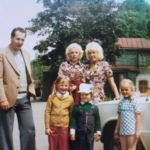 Kylli Kukkin lapsuuden perhe ja ystäviä 1970-luvun Pärnussa.