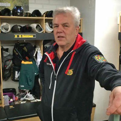 Ilveksen huoltajana 45 vuotta ollut Lasse Laukkanen seisoo naulakoiden edessä joukkueen pukukopissa.