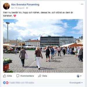 En skärmdump av Åbo Svenska Församlings Facebook-sida med en bild av Åbo torg, i statusfältet står det Nu består tro, hopp och kärlek och störst av allt är kärleken.