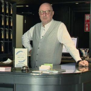 Hotellägaren Ludo Geurden fotograferad vid receptionen till sitt hotell.