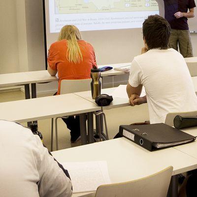 Oppilaita oppiluokassa.