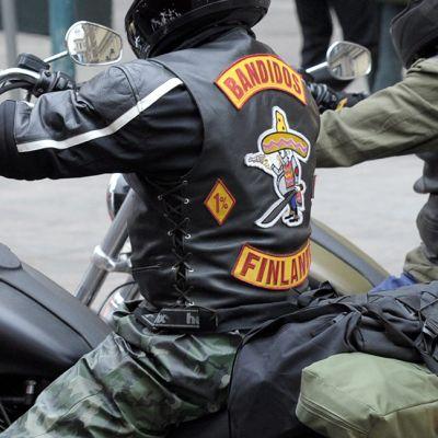 Bandidos-moottoripyöräkerhon liiveihin pukeutunut motoristi.