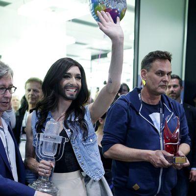 Euroviisujen vuoden 2014 voittaja Itävallan Conchita Wurst saapui Wienin lentokentälle 11. toukokuuta.