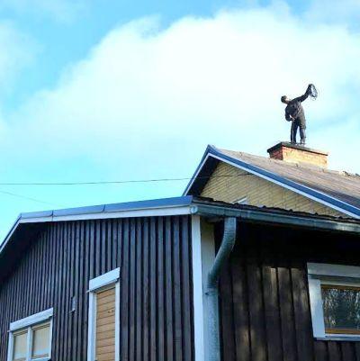 Distriktssotare Sören Staaf sotar ett hus i Malax.