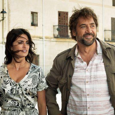 Laura och Paco på gatan i en liten by utanför Madrid.