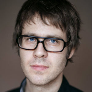 Historikern Fredrik Pettersson: mörkt hår, glasögon, ser in i kameran