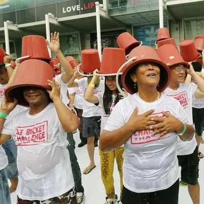 Tuhannet thaimaalaiset osallistuivat haasteeseen ostoskeskuksen edessä Bangkokissa 22. elokuuta.