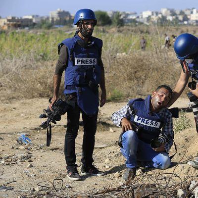 Palestiinalainen valokuvaaja haavoittui palestiinalaisten mielenosoittajien ja Israelin armeijan välisessä yhteenotossa Israelin ja Gazan kaistaleen rajalla 11. lokakuuta.