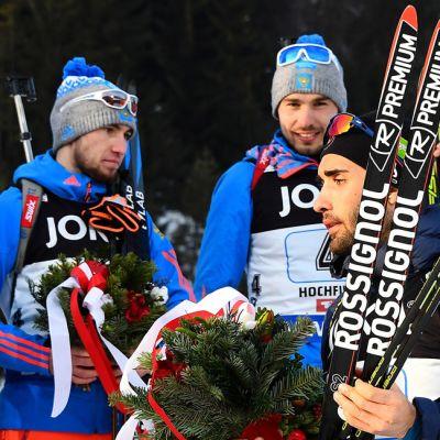 Martin Fourcade (oik.) ohittaa Aleksander Loginovin ja Anton Shipulinin sekaviestin kukituksessa.