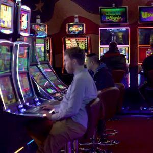Fyra män spelar vågspel på casino.