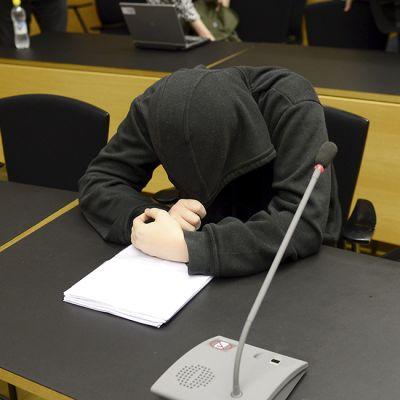 Yliopistoiskusta syytetty oikeudessa.