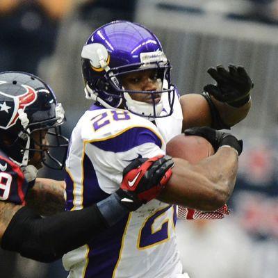 Minnesota Vikingsin Adrian Peterson juoksee karkuun Houston Texansin Clover Quiniltä.