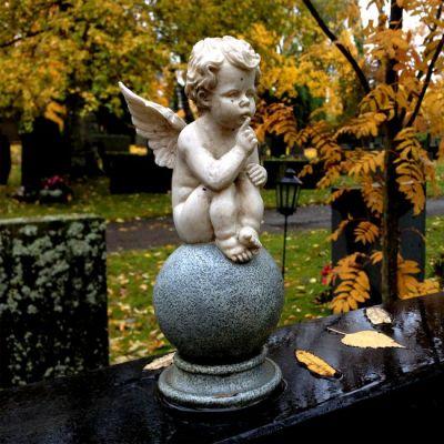Enkelipatsas hautakiven päällä hautausmaalla