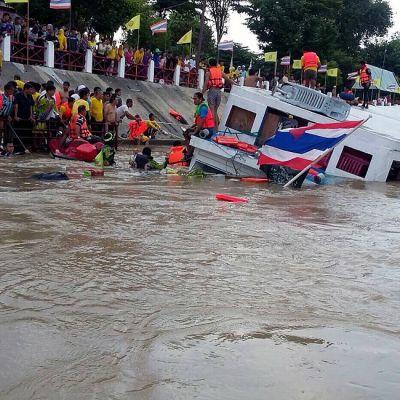 Kuvassa näkyy puoliksi veden alle vajonnut jokilaiva, ja ihmisiä, jotka yrittävät auttaa matkustajia rannalle.