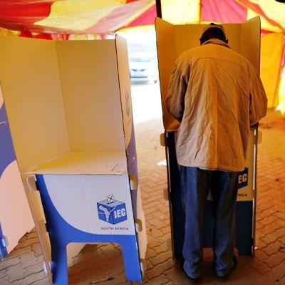 Mies äänestää Johannesburgissa.