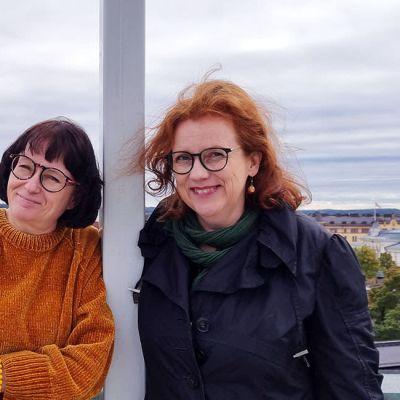 Kuvataiteilija, kuvataidekriitikko Marja-Liisa Torniainen (vas.) ja kuvataidekriitikko Katri Kovasiipi ottavat vastaan palkinnon koko Kulttuuritoimituksen puolesta Finlaysonin katolla tänään Tampereella