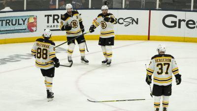 Bostons Brad Marchand firar ett mål tillsammans med sina lagkamrater.