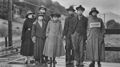En grupp människor iförda munskydd under influensapandemin 1918
