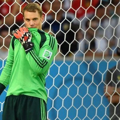Saksan maalivahti Manuel Neuer kentällä.