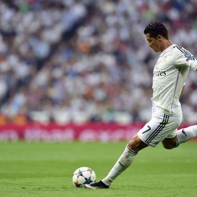 Cristiano Ronaldo potkaisee palloa.