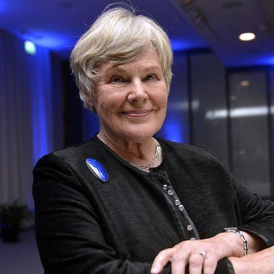 Elisabeth Rehn hymyilee kuvaajalle.