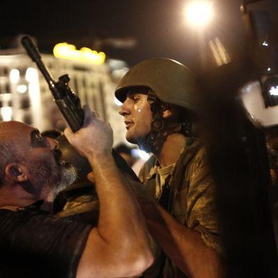 Turkin poliisi pidättää kapinoivia sotilaita Taksim-aukiolla Istanbulissa 16. heinäkuuta.