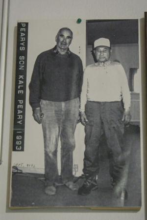 Mustavalkoisessa arkistokuvassa kaksi miestä seisoo ja katsoo kameraan