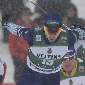 Ilkka Herola skidar först i en klunga.