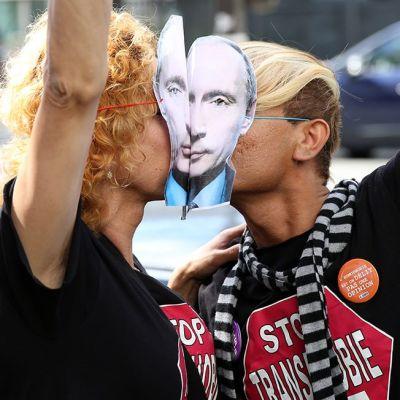 Pariskunta osoitti mieltään homoseksuaalien syrjintää vastaan Venäjän suurlähetystön edustalla Pariisissa syyskuussa 2013.