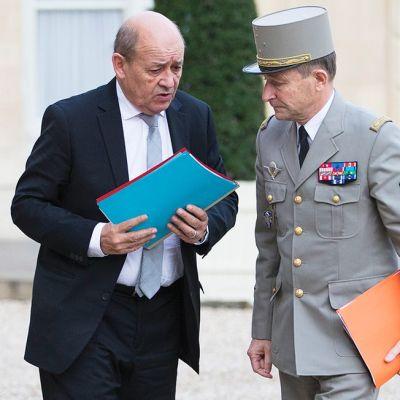 Ranskan puolustusministeri Jean-Yves Le Drian (vasemmalla) sekä Ranskan armeijan ylipäällikkö Pierre de Villiers keskustelivat Élysée-palatsin pihalla 14. marraskuuta.