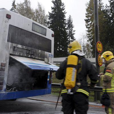 Linja-autopalo Länsiväylällä Lauttasaaressa Helsingissä 5. toukokuuta 2014.