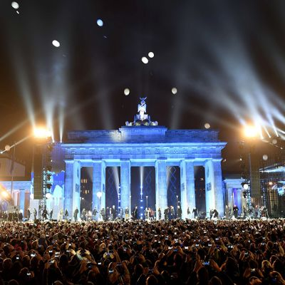 Ilmapalloja vapautettiin lentoon Brandenburgin torilta sunnuntai-iltana 9. marraskuuta.
