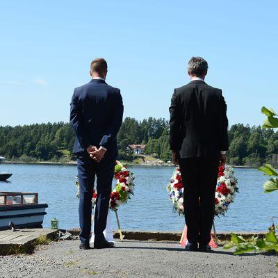 Norjan työväenpuolueen nuorisojärjestön puheenjohtaja Eskil Pedersen (vas.) ja Norjan pääministeri Jens Stoltenberg vuonna 2013 järjestetyssä muistotilaisuudessa Utøyan vastarannalla.