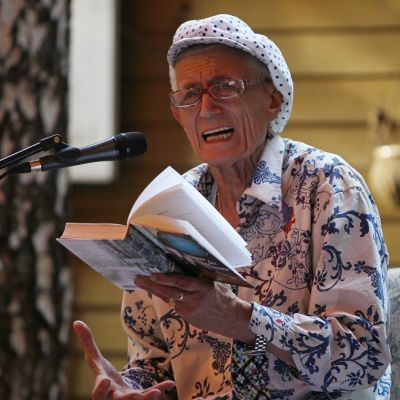 Jevtušenko lukee kirjasta mikrofonin äärellä.