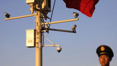 Kinesisk soldat och övervakningskameror vid Himmelska fridens torg i Peking.
