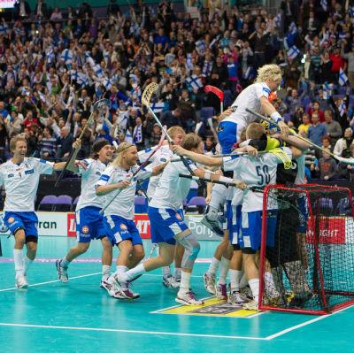 Finlands innebandylandslag firar vid målet