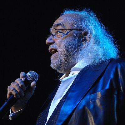 Demis Roussos laulaa sinisävyisessä kuvassa vuonna 2009.