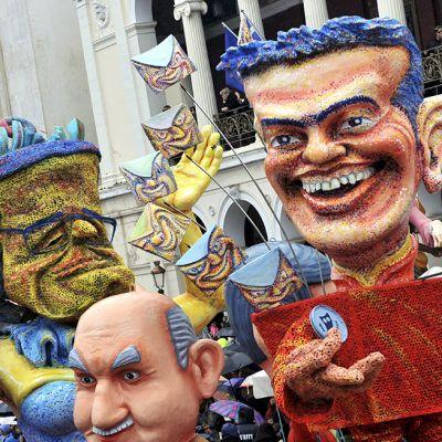 Kreikan pääministeri Alexis Tsiprasia esittävällä karnevaali-hahmolla on toisessa kädessä väärenetty euron kolikko ja toisessa kädessä Kreikan drakma-kolikko. Kuva on otettu Ateenassa 22. helmikuuta.