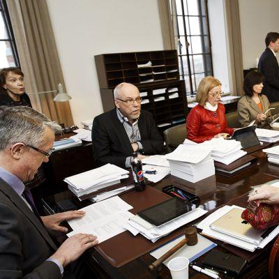 Eduskunnan sosiaali- ja terveysvaliokunnan puheenjohtaja Juha Rehula (vas.) ja valiokunta kokouksessaan 23. helmikuuta eduskunnassa, jossa valiokunta käsitteli sosiaali- ja terveyspalveluiden hallintouudistusta eli sotea.