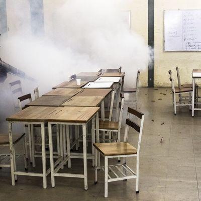 Venezuelan pääkaupungissa Caracasissa puhdistettiin koulun luokkahuonetta osana Chikungunya-taudin vastaisia toimenpiteitä. Kuva on otettu 30. syyskuuta 2014.