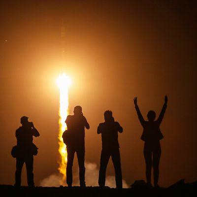 Ihmiset kerääntyivät katsomaan Sojuz-avaruusaluksen lähtöä Kazakstanissa keskiviikon ensimmäisillä tunneilla 29. toukokuuta.