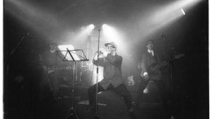 Alivaltiosihteeri -yhtye esiintymässä.