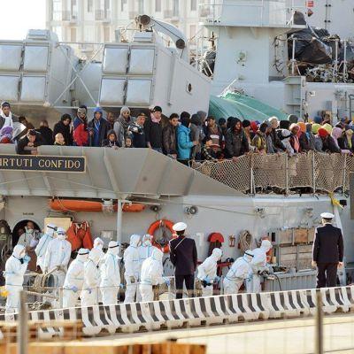 Flyktingar förs i land i Italien