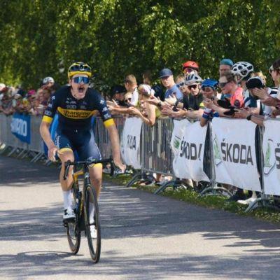 Joonas Henttala pyöräilee voittoon.