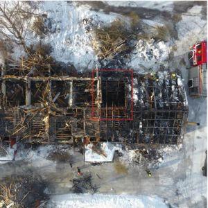 Tulipalossa vaurioitunut rivitalo ilmakuvassa. Olohuone, josta palo sai alkunsa, merkitty punaisella kehyksellä